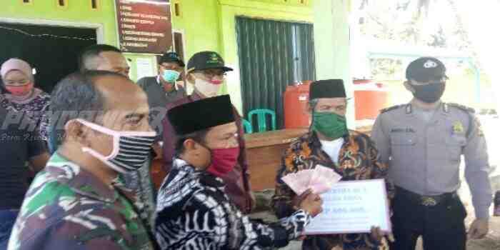 Kepala Desa Endi Wijaya Salurkan BLT DD ke Warganya